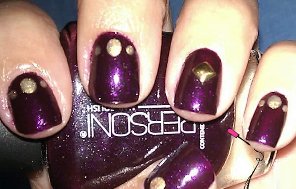 Uñas decoradas color morado oscuro