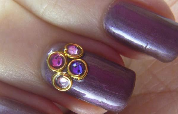 Uñas decoradas color morado con piedras