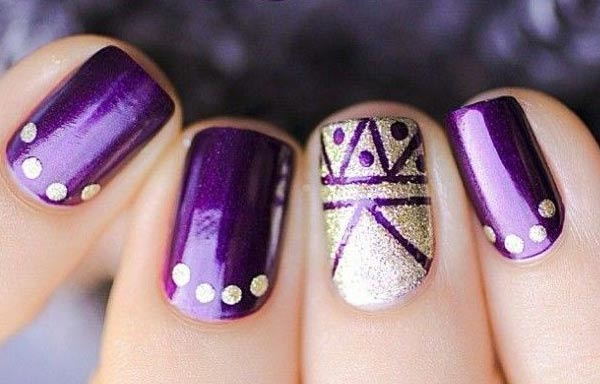 uñas decoradas color violeta oscuro
