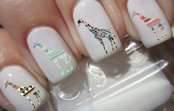 uñas decoradas con pegatinas blancas