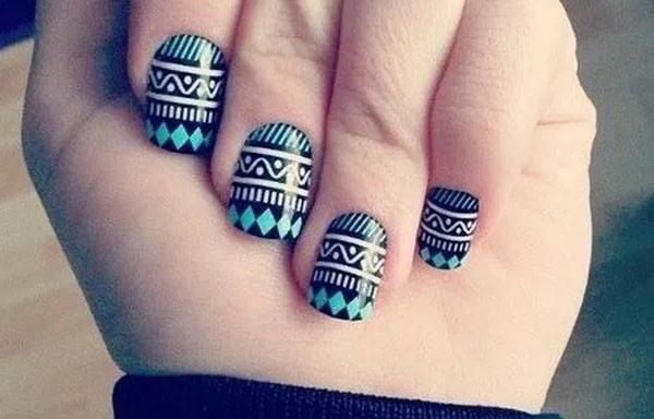uñas decoradas con pegatinas negras