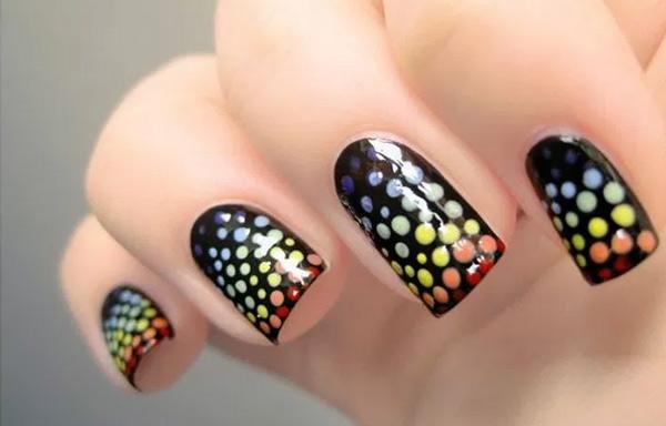 Uñas decoradas con puntos de colores