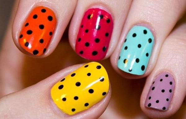 uñas naturales decoradas de colores