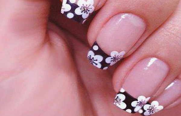 uñas naturales decoradas con stickers