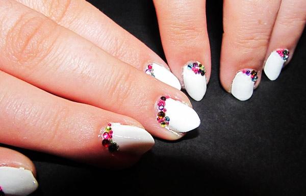 uñas en pico decoradas blancas
