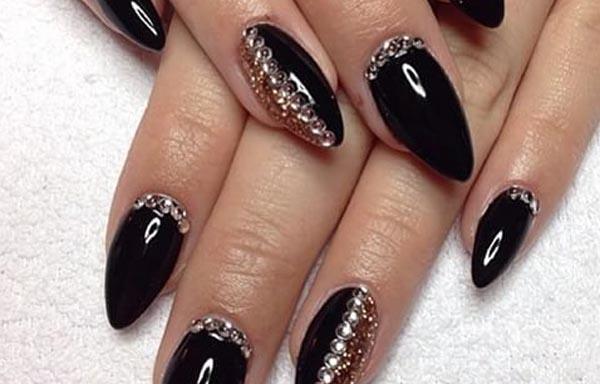 uñas stiletto negras