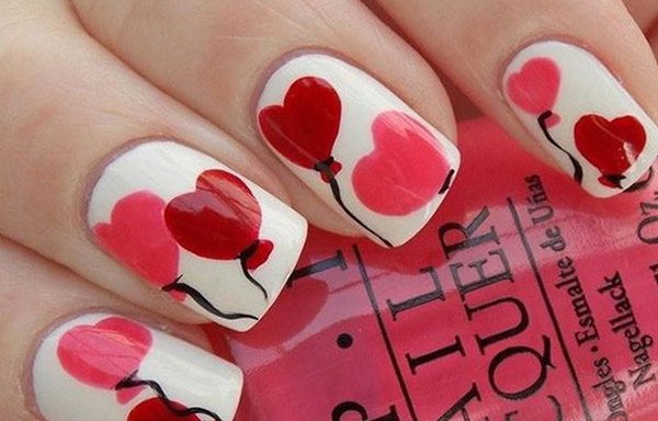 uñas decoradas con corazones de colores