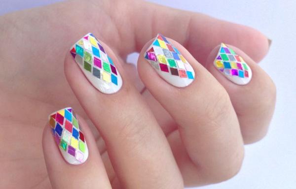 uñas decoradas con esmalte blanco