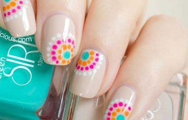 uñas decoradas con lunares de colores