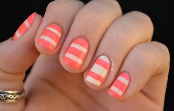 uñas decoradas con rayas de colores