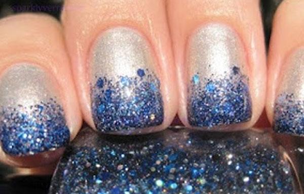 uñas plateadas con azul