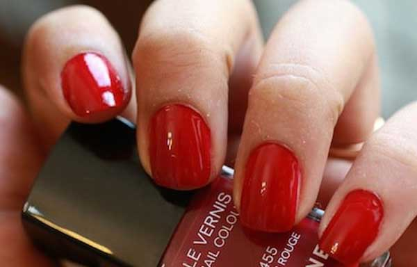 uñas decoradas color rojo vivo