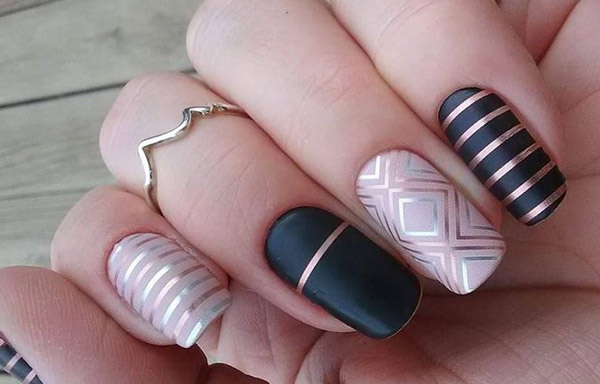 uñas decoradas con cinta metalica