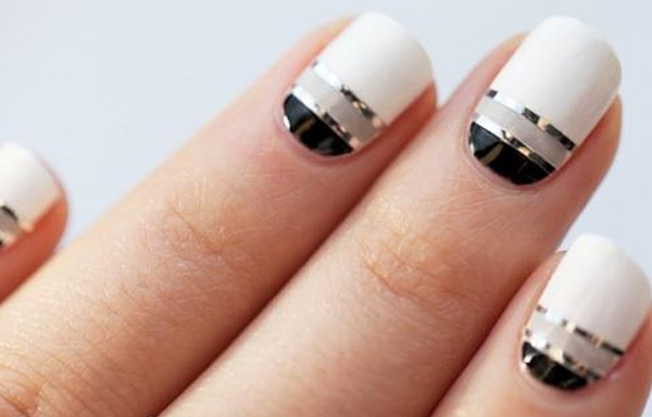 uñas decoradas con cintas metalizadas