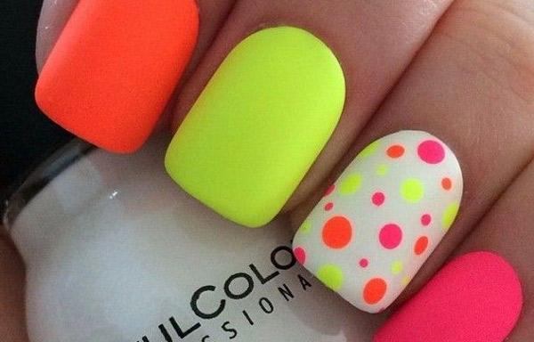 uñas decoradas de colores fosforescentes