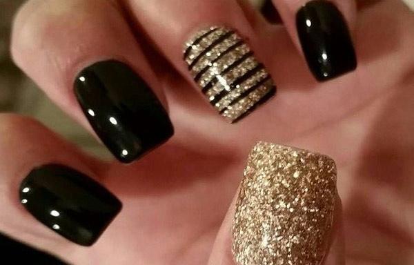 uñas decoradas con dorado y negro