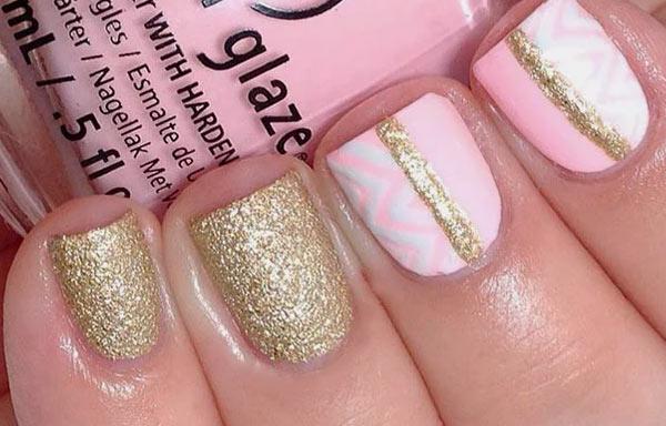 uñas decoradas con dorado y rosa