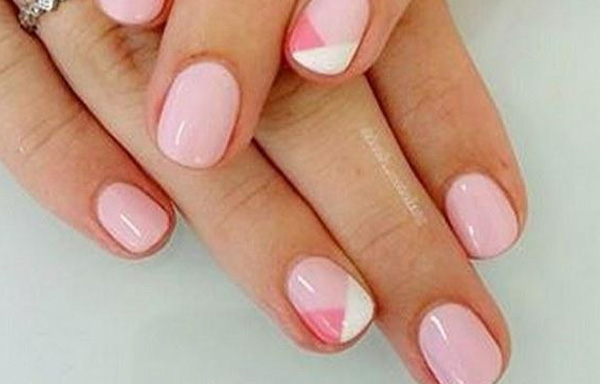 uñas decoradas con pintauñas rosa