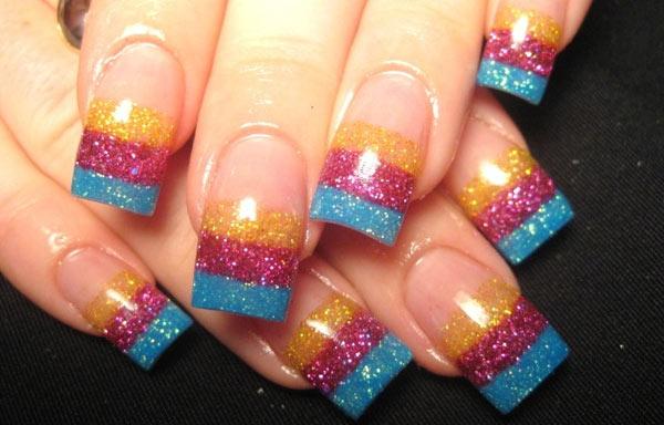 uñas decoradas con glitter de colores